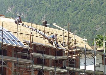 Servizi di taglio e posa di legno per tetti e coperture
